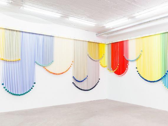 Художница Ева ЛеВитт сделала шторы из пластика