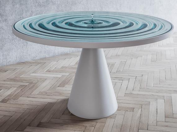 Дизайнер Стелиос Муссарис имитирует рябь воды на поверхности стола