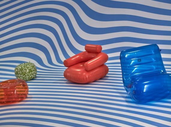 Индия Мадави создала сценографию для выставки мебели
