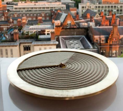 Дизайнеры из Лондона сделали современные песочные часы