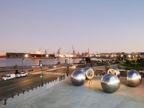 Олафур Элиассон установил в Сан-Франциско пять зеркальных сфер