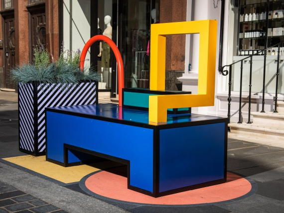 Камила Валала превратила пешеходную улицу Лондона в разноцветную гостиную