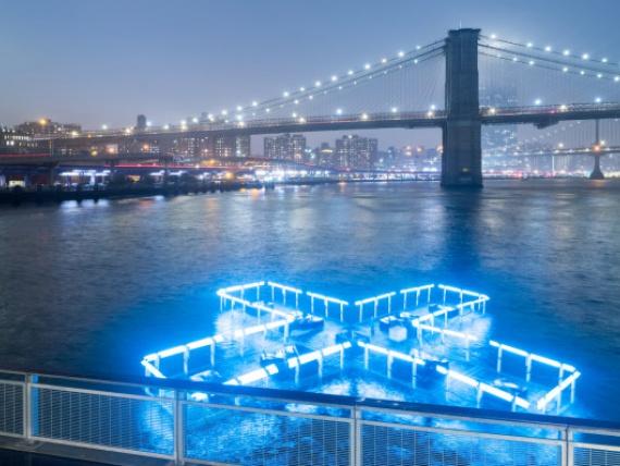 Playlab и Family New York создали светодиодную скульптуру в виде плюса, показывающую уровень загрязнения воды в реке Гудзон
