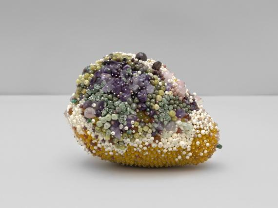 Кэтлин Райан создает скульптуры гнилых фруктов из драгоценных камней