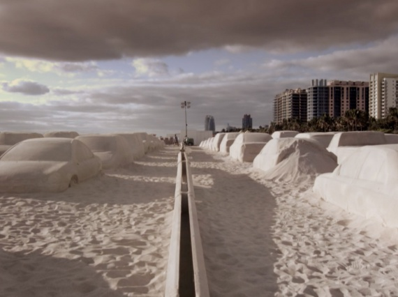 Художник Леандро Эрлих создал автомобильную пробку из песка