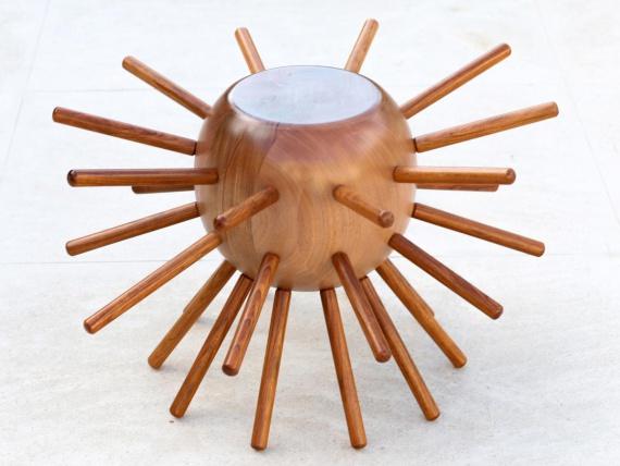 Стул с деревянными шипами от бразильского архитектора