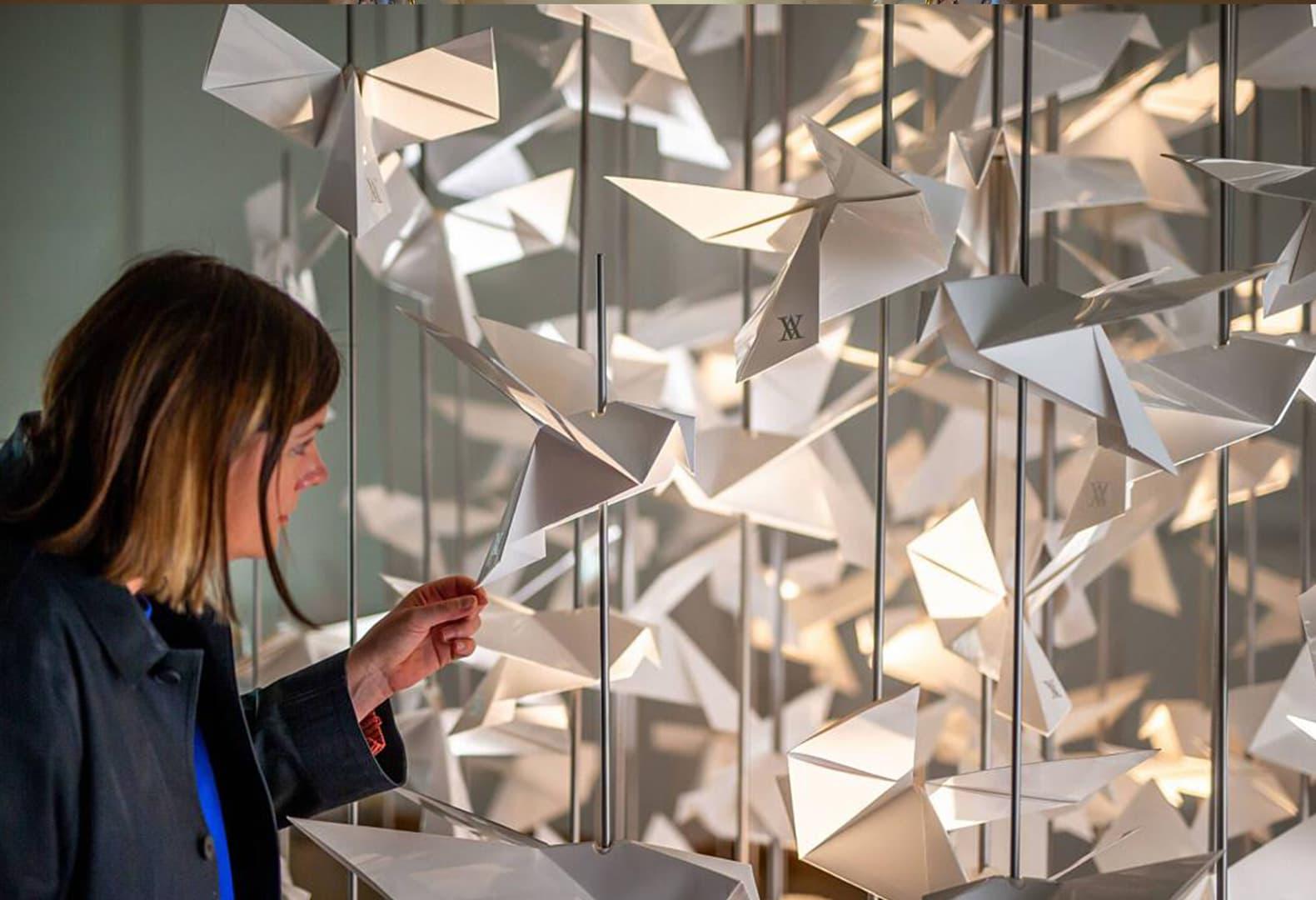 Дерево из бумажных птиц в музее Виктории и Альберта