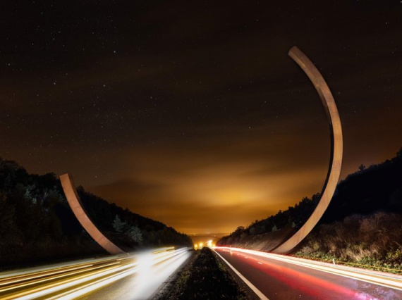 Бернар Венет возвел стальную арку над бельгийской автомагистралью