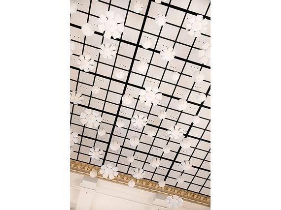Дождь и цветы в инсталляции Nendo в парижском универмаге