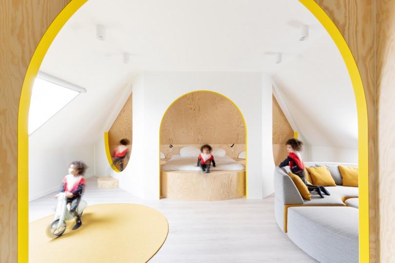 Van Staeyen Interieur Architecten превратила старый чердак в светлое пространство с арками