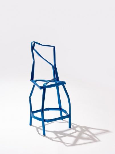 Корейский художник представил коллекцию побитых жизнью стульев