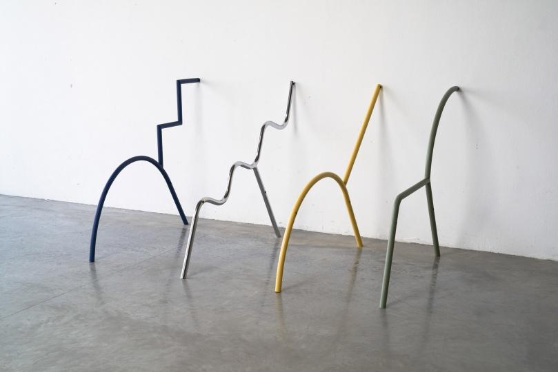 Тайская дизайн студия разработала коллекцию модульных кресел стиле мемфис