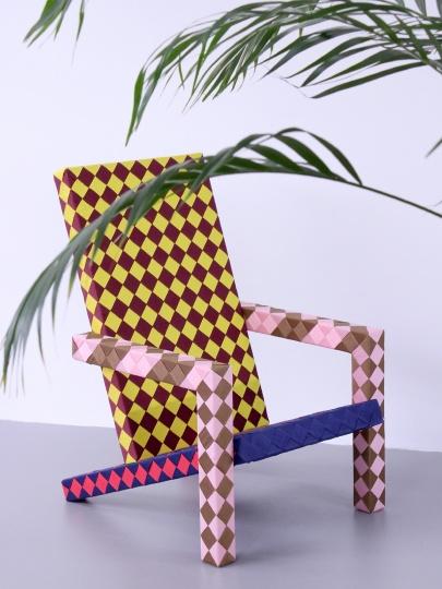 Лекс Потт собственноручно сплел «шахматные» кресла